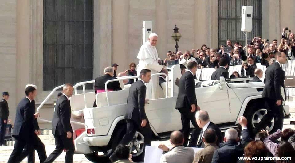 Papa na Piazza San Pietro em Roma - Blog VoupraRoma
