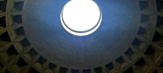 Chuva de pétalas vermelhas no Pantheon em Roma