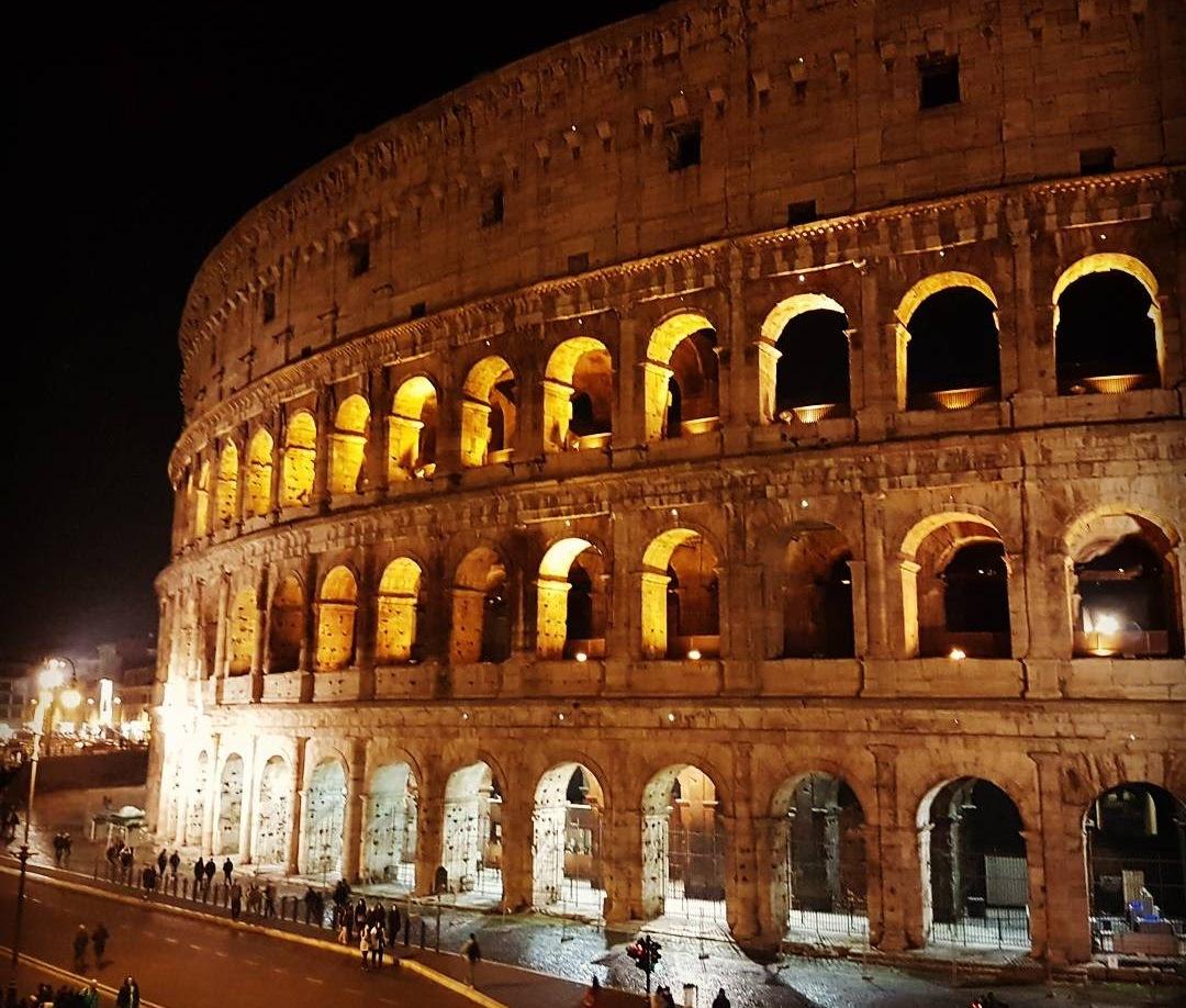 Verão em Roma - Coliseu visita noturna com lua - Blog Vou pra Roma