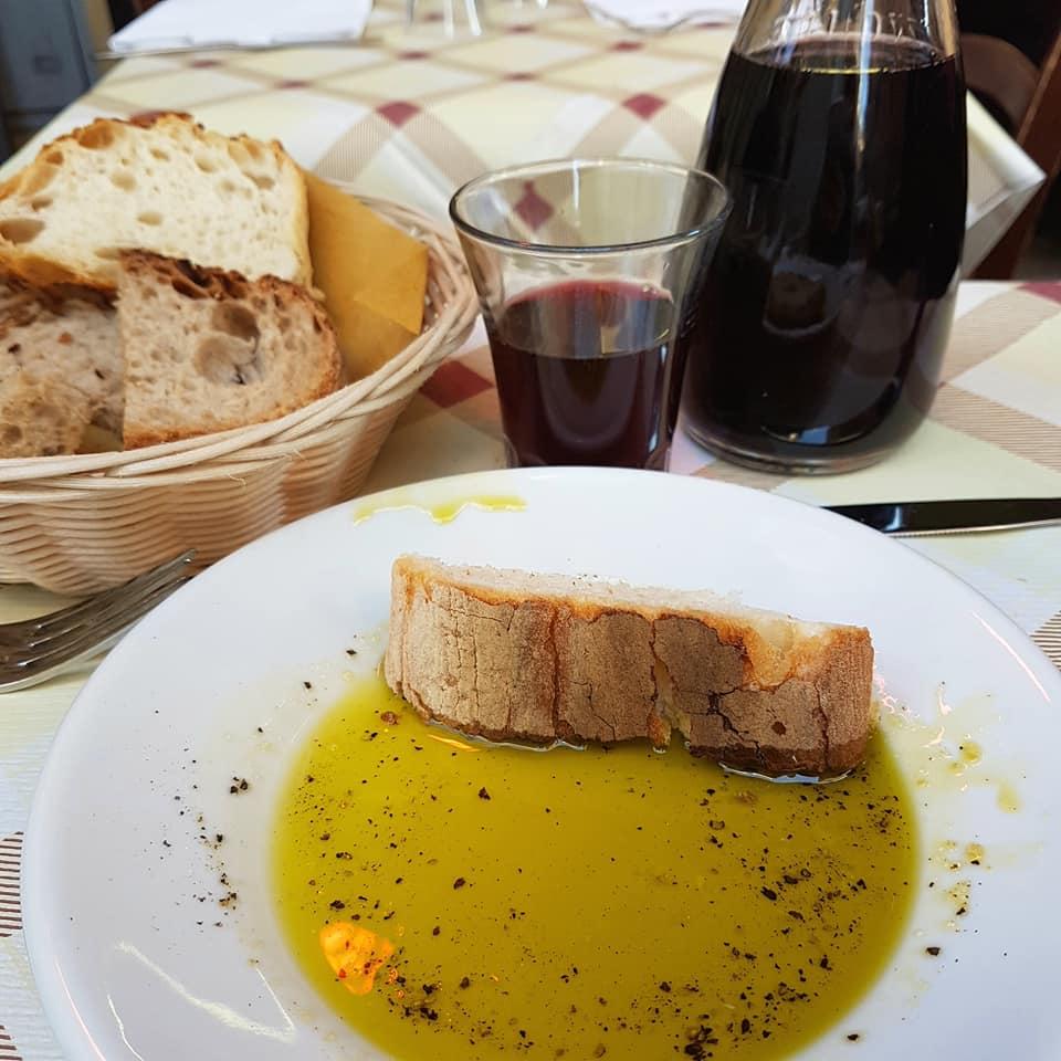 Onde comer em Trastevere - Roma - Da Enzo - azeite de produção própria - Blog Vou pra Roma