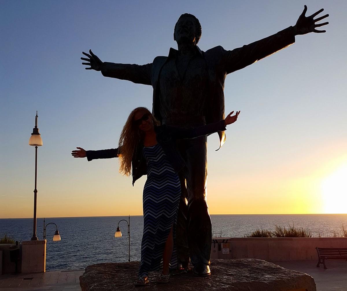Polignano a Mare - Puglia - Estátua de Domenico Modugno - Blog Vou pra Roma