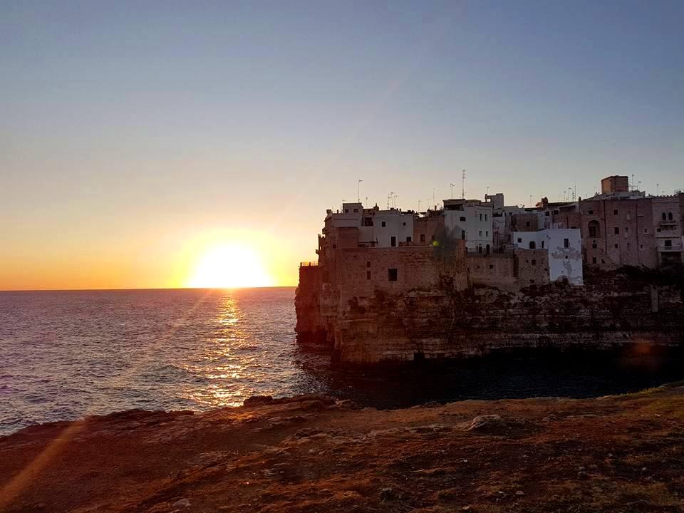 Polignano a Mare - Puglia - Nascer do sol visto da Pietra Piatta - Blog Vou pra Roma