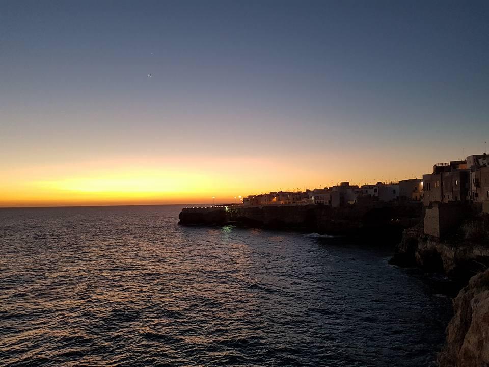 Polignano a Mare - Puglia - Sol nascendo visto dos mirantes do Burgo antigo - Blog Vou pra Roma
